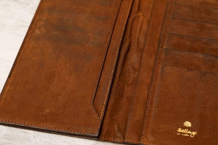 約10年前に作った財布を開いたところ。内装は非常に薄くてしなやかな革を使用。いまだ愛着があり、手元に残されている。
