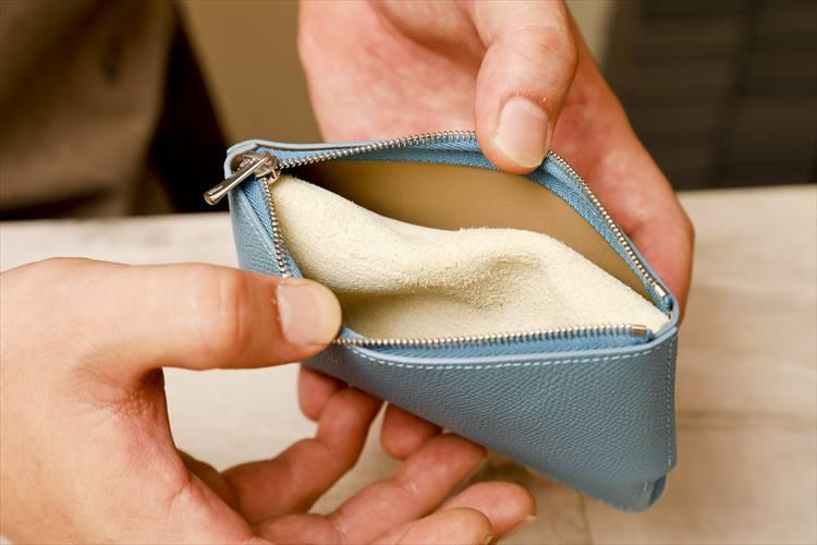 上下を逆にしてもう一つのジッパーを開くと……。なんと小銭の入っている内袋が仕切りになり、カードやお札を振り分けて入れられるのだ。小物入れでありながら、機能的な財布としても使えるアイディアには脱帽するほかない。
