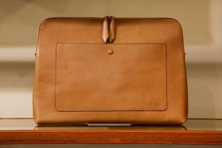 外側に薄マチのポケットを付けた、メンズのクラッチバッグ。パターンオーダー8万4240円(税込み)