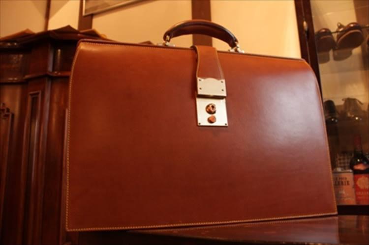 自立し、仕切りや収納も完備した本格的なダレスバッグ。27万円〜。