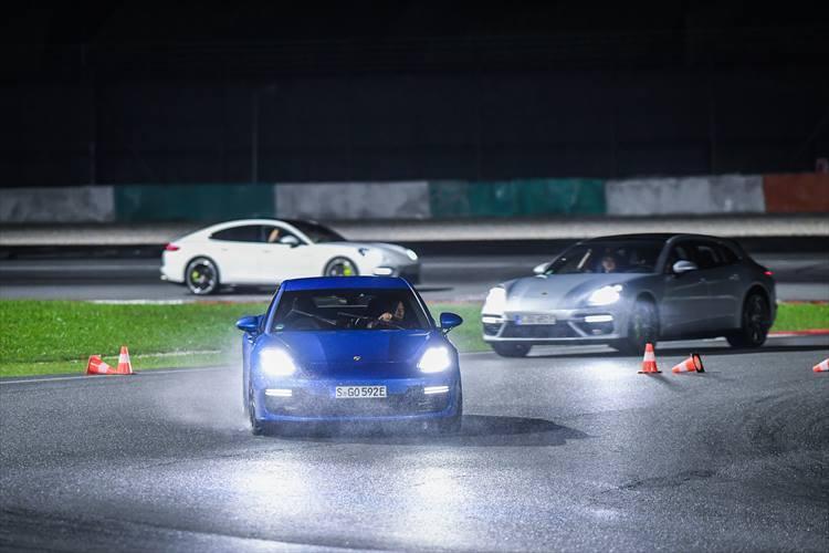 コースにはブレーキポイントやステアリングを切るタイミングをパイロンで示してくれるから、初めてのサーキットでも走れてしまう。
