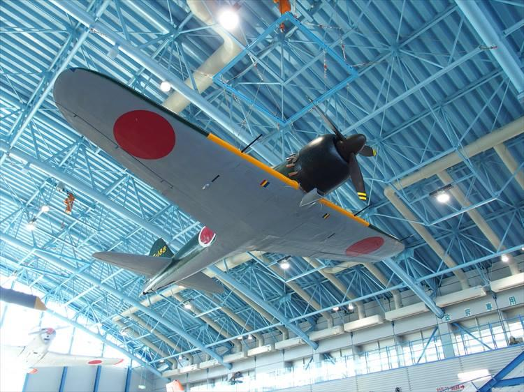 「展示格納庫」の中空に展示されている零式艦上戦闘機(俗にいうゼロ戦)の五十二型43-188号機。昭和38年にグアム島で発見され、日本へ返還されたのちに復元された機体だ。