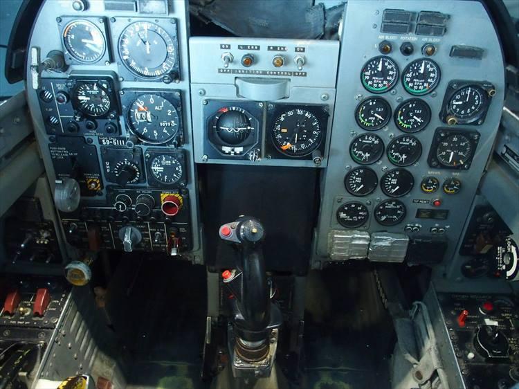 T-2のコックピット内