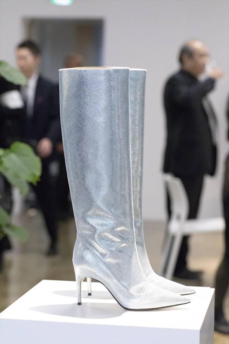 セルジオ ロッシ制作のこのロングブーツは、最新の技術革新でユニークに表面処理されたアルカンターラRを使い、シルバーカラーに仕上げたもの。箔やメタリック、ビニールなどとも異なる、フューチャリスティックな魅力に溢れている。
