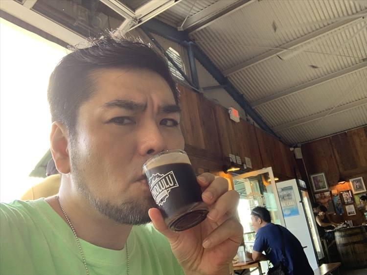 渋い顔をしているのは、ビールのせいではなく、慣れない自撮りのせい。もちろんビールはうまい
