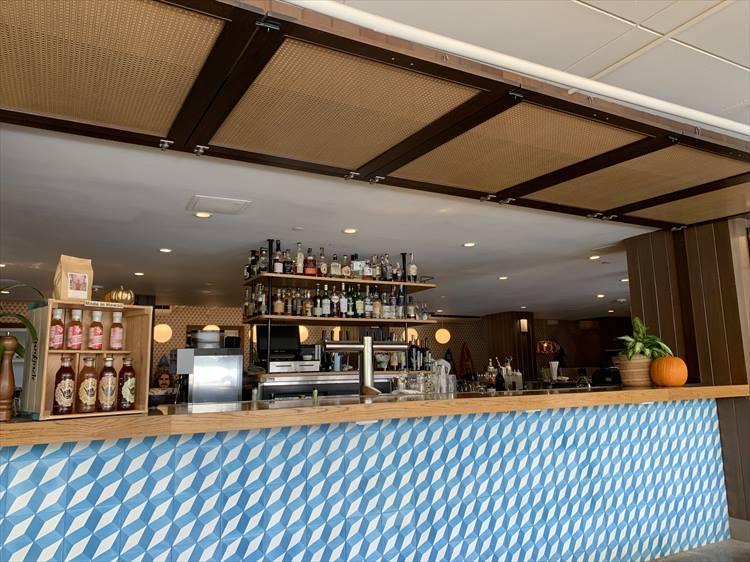 """プールサイドにあるレストラン・""""マヒナ&サンズ""""。白と青のタイルが爽やか"""