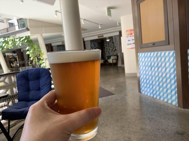 """やっぱりビールがなきゃ始まらない。その名もマウイブルーイングの""""ビキニブロンドラガー"""""""