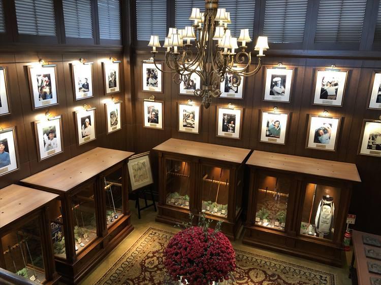 クラブハウス内に飾られている歴代優勝者の写真。圧巻の眺め!