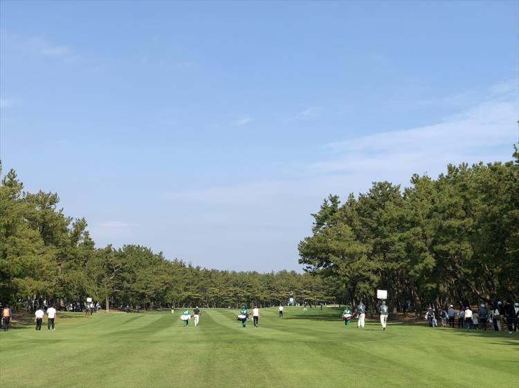 トーナメント最終日は、こんな感じで快晴! 11月中旬でも、半袖でプレーしている選手も多かったのが気候の良さを物語っています。ちなみに冬でも暖かい宮崎は、10月〜4月にかけてがトップシーズンで、多くのゴルファーが訪れるのだそう。韓国をはじめ、アジア圏からの来訪も多いそうです。