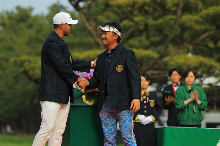 2018年度の優勝者は、市川弘大プロ。前回大会優勝者のケプカからブレザーを着せてもらっています。