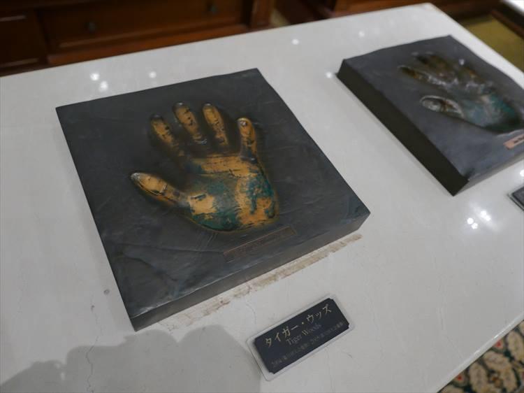 タイガー・ウッズの手形だけは、来場者がよく触るので少し色が剥げています(笑)