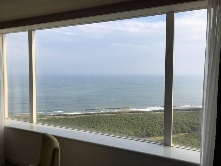 「シェラトン・グランデ・オーシャンリゾート」は、全室がオーシャンビュー。チェックインした日は少し雲が掛かっていましたが、こんなふうに客室からも水平線と松林が一望できます。