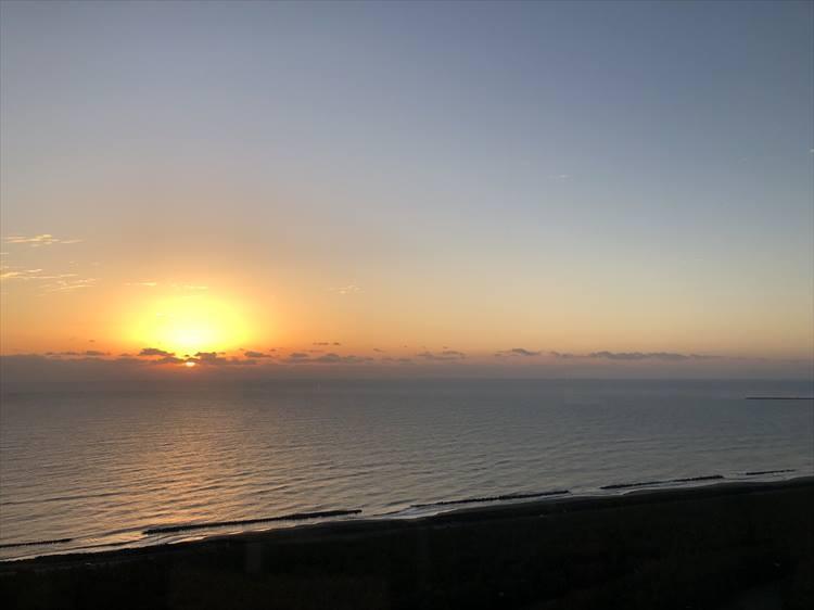 客室は東向きなので、早朝には水平線からの日の出が見られます。夜はカーテンを締めずに寝るのがオススメだそうで、理由はもちろん、このような美しい朝日で目覚めることができるからです。