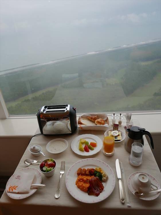 クラブフロア宿泊者は、朝食をとる場所も選択できます。36階の「シェラトンクラブ」のラウンジでいただくもよし、ルームサービスにしてみるもよし。ちなみにルームサービスも、眼下を一望しながらゆったりとゴージャスな朝食が楽しめてオススメです!
