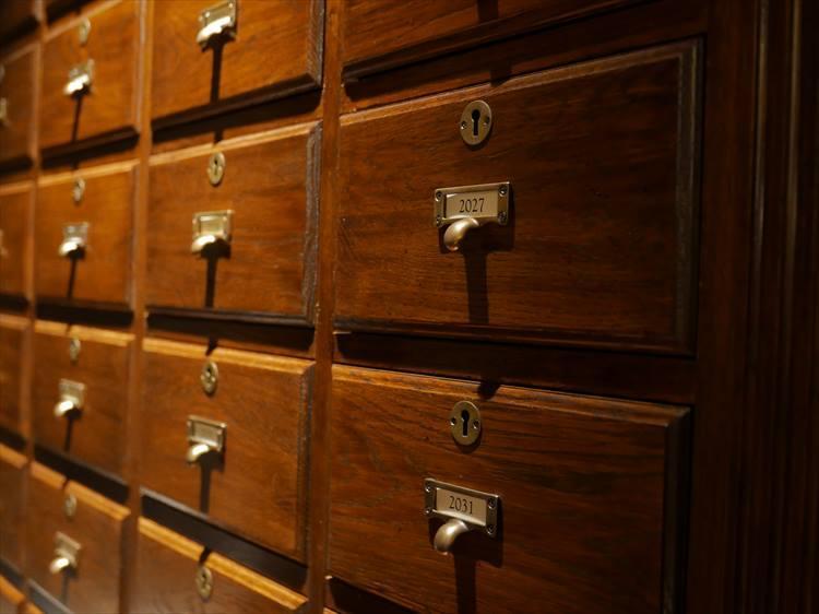 年代モノの調度品が備えられていたりして、落ち着いて手紙をしたためられるスペースとして演出されています。こちらは、「未来への手紙」を保管するための、年代別になった鍵付きの引き出し。