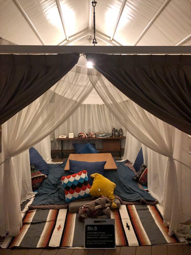 「水辺のガゼボ」の一室。冬はこんな感じでこたつが用意され、まるでグランピングのよう! 夏は、デイベッドが置かれ、昼寝をしたり読書をしたりと、思い思いに過ごせます。