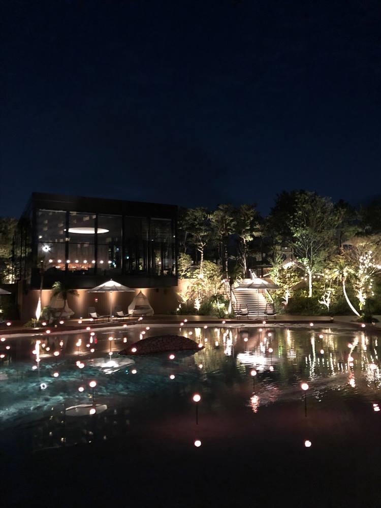 「THE LIVING GARDEN」のガーデンプールを見下ろす位置に新設された「KURO BAR」。店名のKUROは、シーガイアエリアに広がる黒松が由来だそうです。