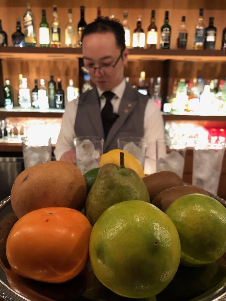 「KUROBAR」では、フレッシュフルーツのジン・トニックがオススメ。季節のフルーツと、5種類のクラフトジンを自由に組み合わせることができます。1杯1000円。
