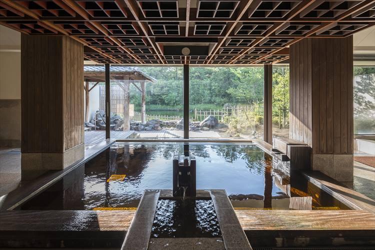 「松泉宮」と呼ばれる温泉施設が充実しているのも、シェラトン・グランデ・オーシャンリゾートの魅力。長い外廊下を通って温泉エリアに辿り着くと、露天風呂を有する複数の温泉施設が!こちらは「新月」と名付けられた湯屋の内湯。