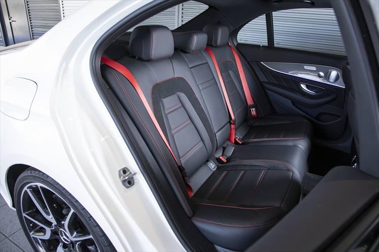 後席のシートもステッチやシートベルトなどかなり豪華さを強調しているが、可倒させて使うなど利便性はまったく損なわれていない。
