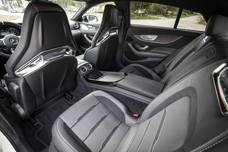 クーペデザイン故に頭上スペースはセダンに劣るものの、クリアラスは十分なので2名乗車の後席も快適性は高い。