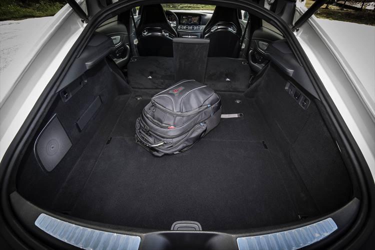 テールゲート式の荷室もかなり広めで、キャリーケース、ゴルフバッグなども十分収納可能。4人乗車でのドライブ、小旅行であればまったく問題ないはずだ。