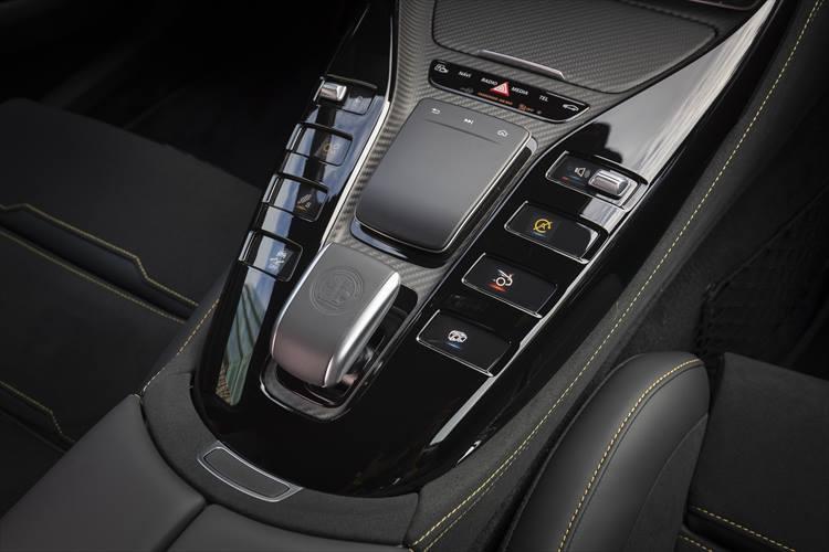 強力な加速力を受け止めるのは9速の「AMGスピードシフトMCT9G」。63 S は0-100km/h加速3.2秒、最高速度315km/hというスポーツモデル顔負けの数値を達成している。