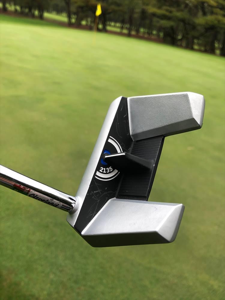アライメントのラインをボール半径と同じ高さにすることで、構えたときの目の位置が変わってもボールをフェースのセンターに合わせやすくなっています。