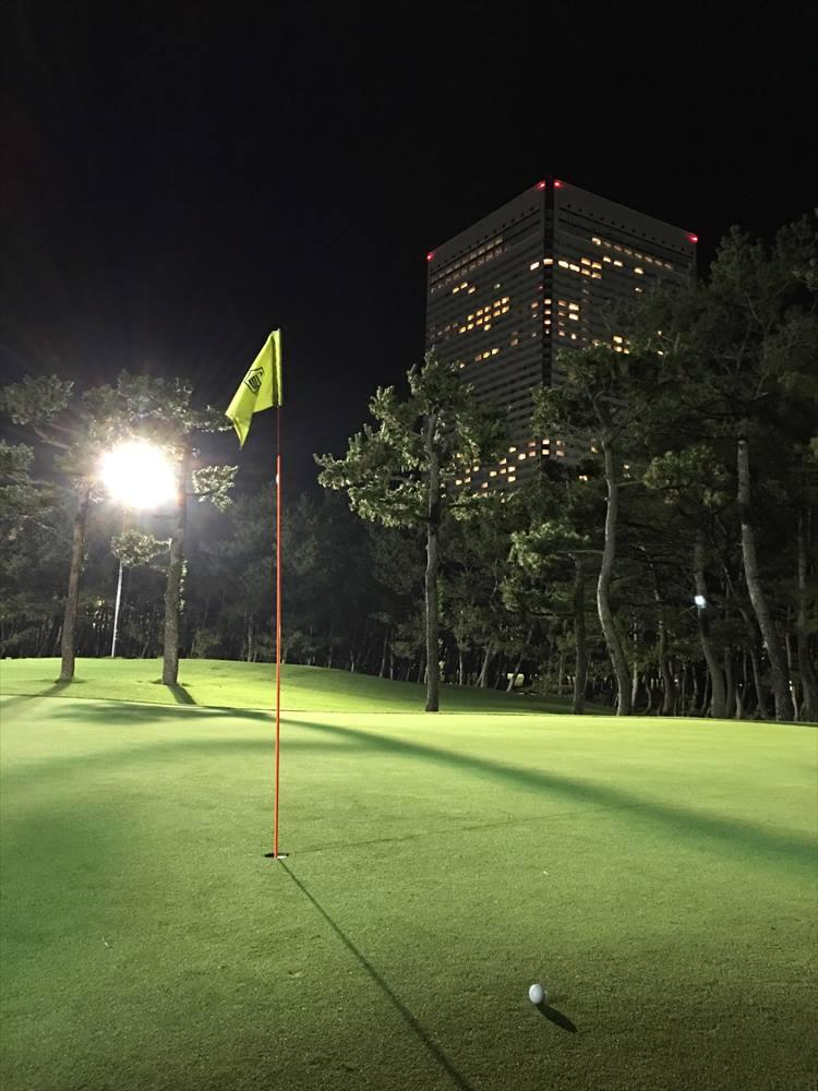 トム・ワトソンゴルフコースは、隣接しているカジュアルなゴルフコース。フェアウェイに乗り入れ可能な2人乗りの乗用カートを使ってプレーできます。3月から11月まではナイター営業もやっているので、フェニックスCCをラウンドする前日夜に腕ならしに使ってもいいと思いますよ!
