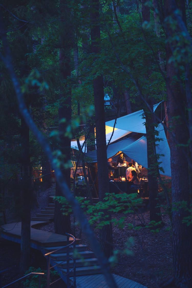 「冬の狩猟肉ディナー」の会場である森の中のフォレストキッチン