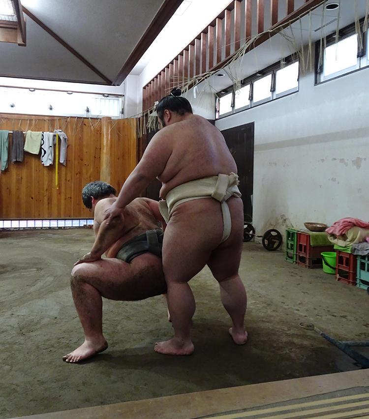 入門前の15歳・石田君を指導する貴景勝の後姿。太ももの筋肉がスゴイ!