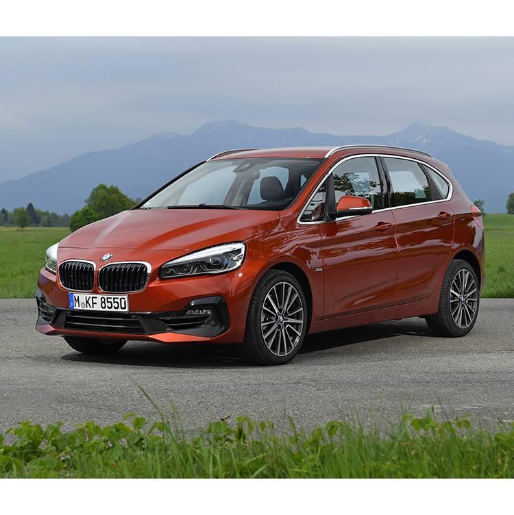 <b>BMW 2シリーズ アクティブツアラー<br />377万円〜</b><br />コンパクトな2シリーズをベースにする、ミニバンタイプで現在BMWの主力として人気が高いモデル。名前が示す通り、遊びに使える広い荷室を持ち、BMWらしく走りも楽しめる。3列シートがいい人は兄弟車のグランツアラーを選ぶこともできる。