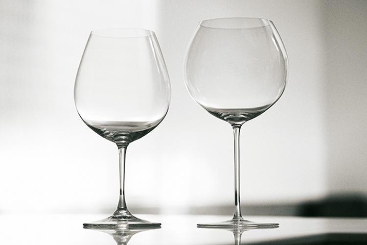 <b>RIEDEL & ZWIESEL<br />リーデル(左)、ツヴィーゼル(右)のワイングラス</b><br />前頁の稲継さんも愛用するリーデルと、独の名門・ツヴィーゼル。こちらは宮本さんが「いちばん好き」と語るブルゴーニュワイン用だ。注いだときに空気との接触面が大きく、飲むときには口幅に広く流れ込む。
