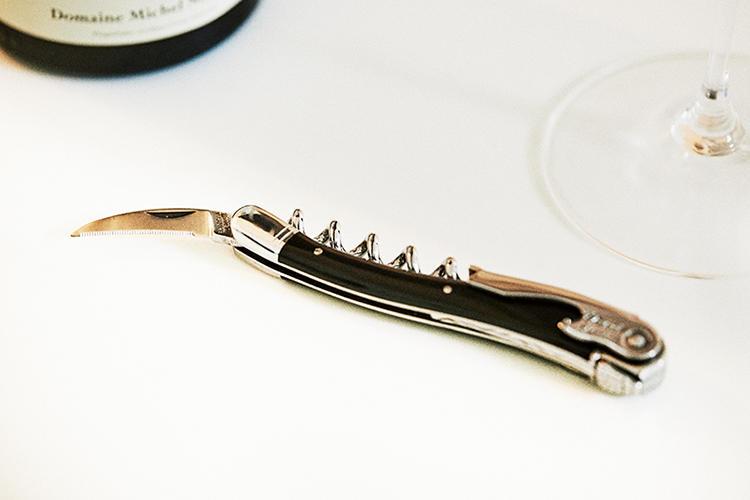 <b>CHATEAU LAGUIOLE<br />シャトー・ラギオールのソムリエナイフ</b><br />フランス全土の名門ホテルやレストランで愛用されているという、一流ソムリエ御用達のナイフブランド。開栓時の手の動きが緻密に計算された、曲線的で美しいデザインが特徴。ハンドル部分には水牛の角を用い、耐久性に加えて品格をも付与した、まさしくプロのための一本だ。