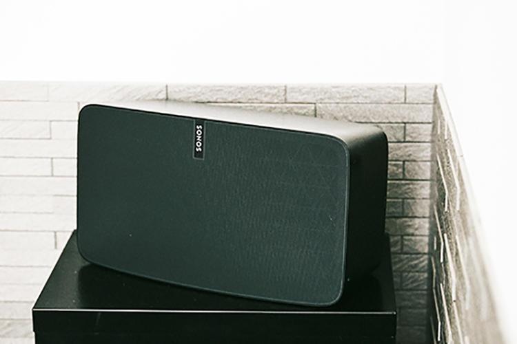 <b>SONOS<br />ソノスのWi-fiスピーカー</b><br />昨年、日本での本格販売を開始した米の音響機器メーカー。スマートなデザインも魅力だが「BluetoothではなくWi-fiだから、電波干渉で途切れる心配がない」点が◎だ。
