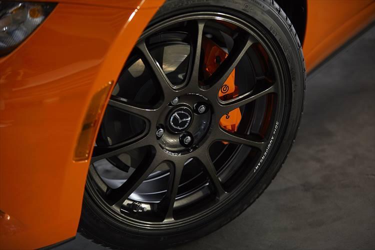 ホイールは日本の鍛造ホイールメーカーであるレイズ製「ZE40 RS30」。ブレーキキャリパーもボディに合わせてオレンジに塗装されている。
