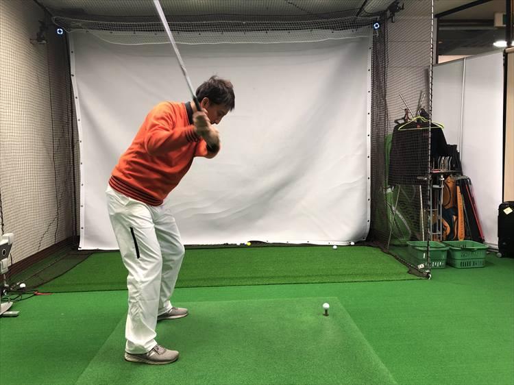 スイングがアウトサイド・イン軌道になると、たいていヘッドの入射角が強くなってダウンブロー気味にインパクトしてしまう。球の高さが出づらくなる