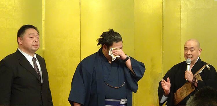 人生の門出に熱いエールを送った薬師寺副執事長・大谷徹奘さん(右)、涙を流す舛天隆(中)