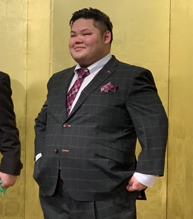 髪を整え、スーツに着替えて再登場した舛天隆。スーツ姿もいいですね!