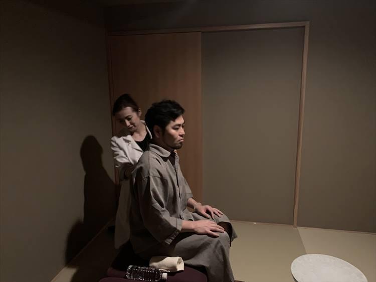 リラックスする映像を見ながらメディテーションルームにて呼吸を整える