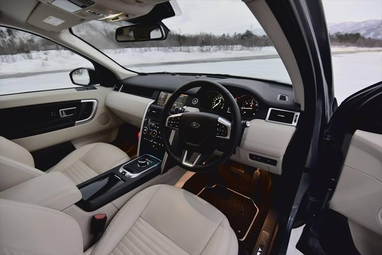 ランドローバーブランドに全車共通しているのが大人っぽく、シンプル、それでいて使いやすさを追求したデザイン。レザーの素材や配色も英国ならではの大人仕様。