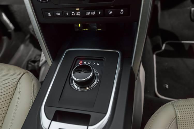 同ブランドの特徴のひとつ、ジョグダイアル式のシフトレバー。慣れてくるととても便利で病みつきになる。そのジョグの上部に並べられたスイッチ類が、オフロード走行のモードを選ぶスイッチとなる。
