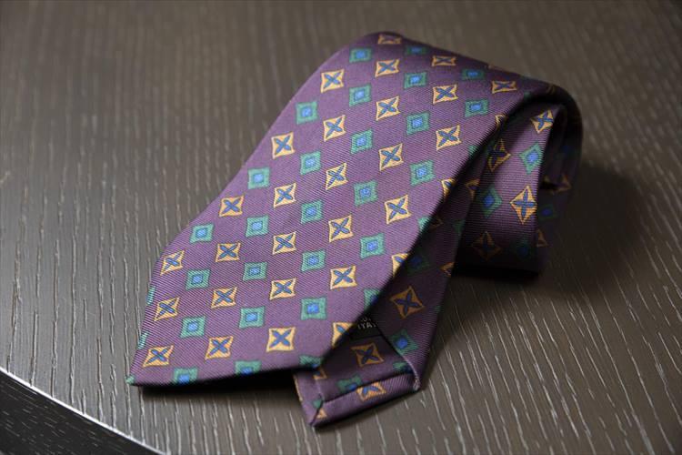 28歳頃に購入したルイジ ボレッリが初めてタイを手掛けたときのコレクションの一本。今年はボルドー色が注目の色とあって、出番が多いとのこと。