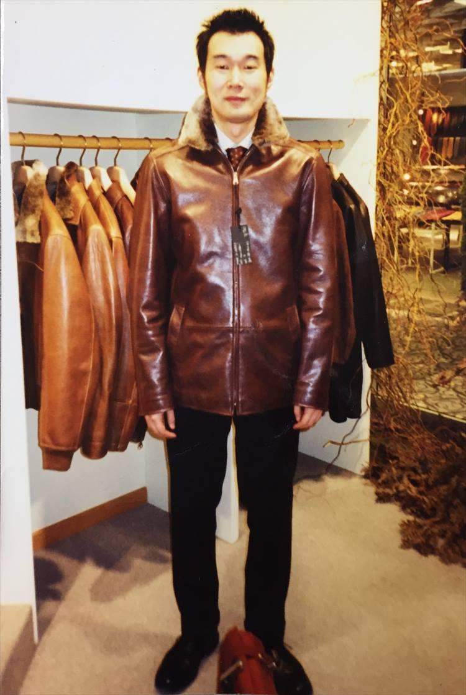 「いまから17、18年ほど前の写真です。レザージャケットのブランド、サルフラで買い付けするものをピックアップしているときに撮影しました。足元に置いてあるのは、当時使っていたビルアンバーグのロケットバッグですね」。