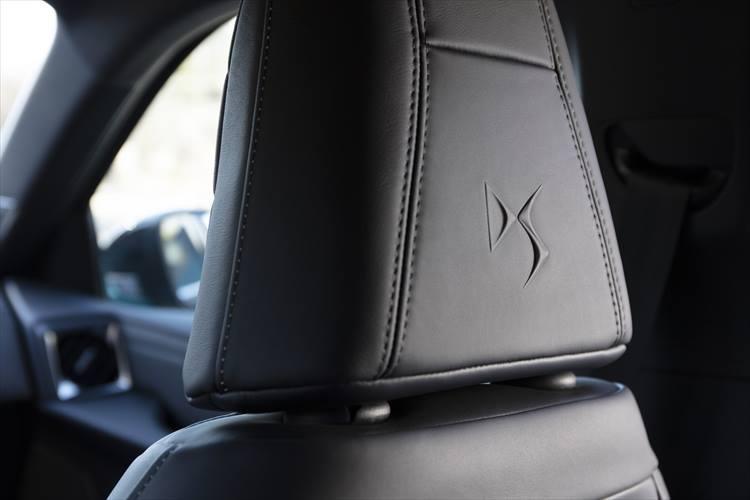 シートも非常に上質。座面のデザインだけでなくヘッドレスト裏にはDSブランドのロゴがあしらわれる。全長4.1mのコンパクトサイズのクルマでこういった贅沢な処理がされるクルマも珍しい。
