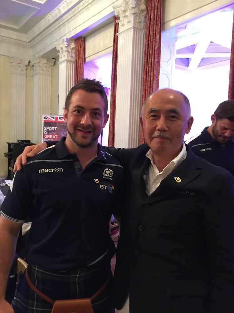 2016年、オール・スコットランドのラグビーチームキャプテンを務めるグレッグ・レイドローさんが来日したときに英国大使館でツーショット撮影。