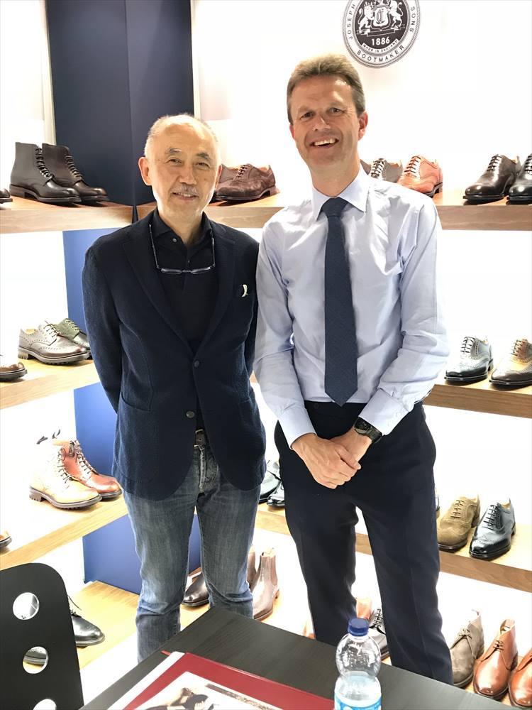 2018年6月、イタリア・フィレンツェで開催されたピッティウォモにて。右はジョセフ チーニーのジョイントマネージングディレクター、ウィリアム・ジェー・チャーチさん。