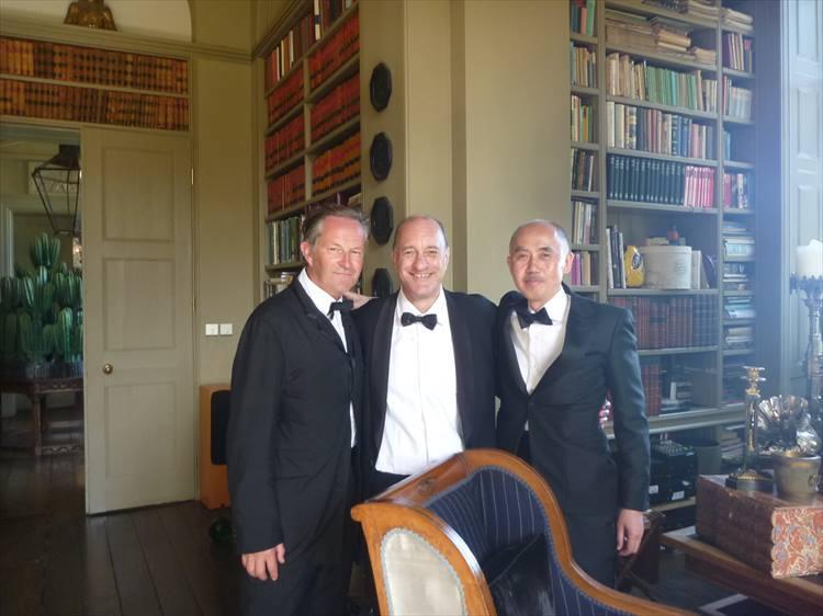 2016年頃、英国・コッツウォルズのマナーハウスでの一枚。当時、取り扱っていたブランドに関わっていたニック・アシュレイさん、マイク・ストールさんとともにタキシードを着て撮影されたものだ。