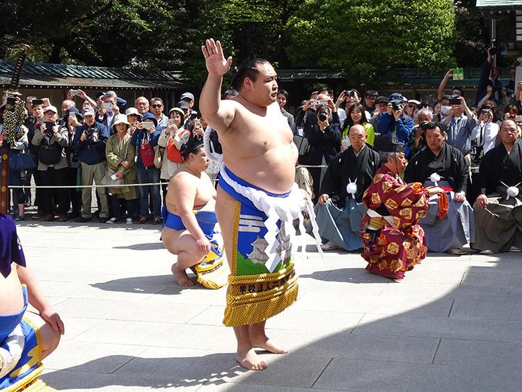 四股を踏むと相撲ファンから「よいしょ」の掛け声が飛びます