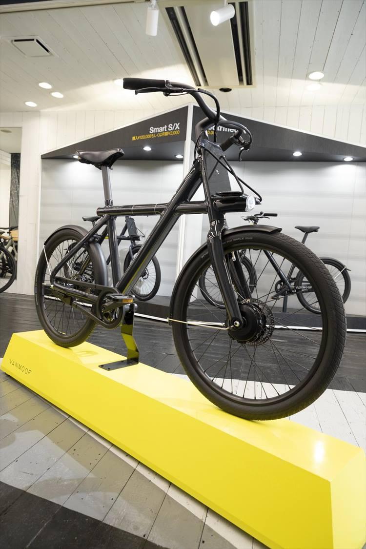 エレクトリファイド X2。バッテリーがフレームの中に収納されているため、電動アシスト機能がありながら、普通の自転車同様のスッキリした外観がカッコいい。